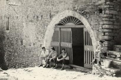 Abitanti davanti all'ingresso