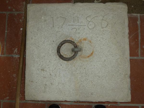 Accesso alle tombe - Botola sul pavimento della chiesa