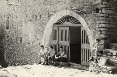 Abitanti davanti al portone di casa De Prophetis