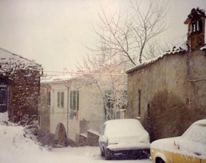 Ingresso del paese sotto la neve