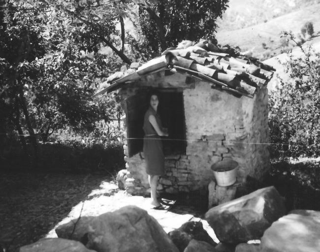 Gabriela accanto antico pozzo